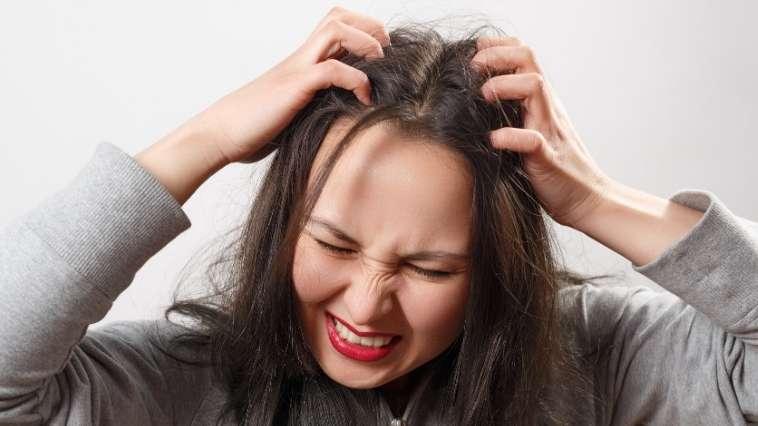 itchy scalp, सिर में खुजली